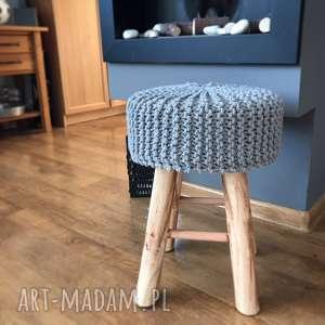 skandynawski taboret koziołek na drewnianych nogach - taboret, stołek