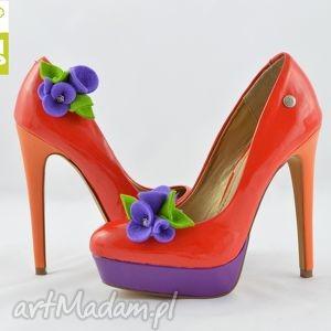 handmade ozdoby do butów filcowe klipsy do butów - przypinki- fioletowe kwiatki z zielenią