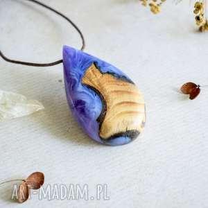 fioletowy wisior z żywicy i drewna, wisior, naszyjnik, nowoczesny