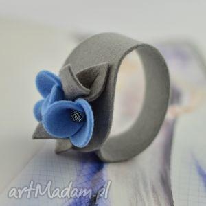 bransoletka filcowa wełniana - szara z błękitnymi kwiatkami