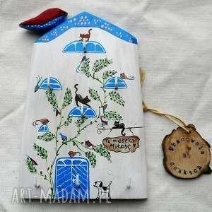 domek niebieski z ptaszkami i kotami - wieszak na klucze, dmek drewna