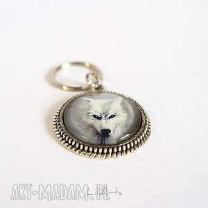 breloczek - biały wilk zdobiony, breloczek, klucze, przypinka, wilk, magiczny