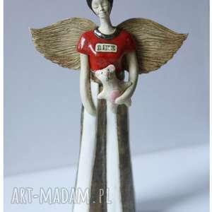 hand-made ceramika anioł stojący w spodniach paski z misiem