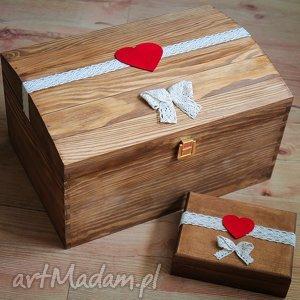 Kufer na koperty ślubne z czerwonymi dodatkami, ślub, pudełko, drewno,
