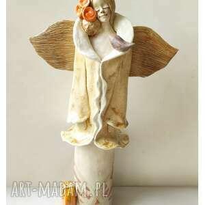 anioł z kuferkiem beżowy, ceramika, anioł, ptaszek, kuferek, podróż