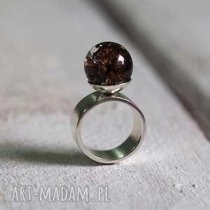 pierścionek z naturalną szyszką, żywica i srebro