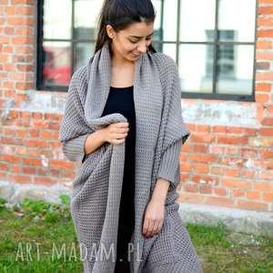 długi, gruby damski beżowy sweter, asymetryczny kardigan, jesienna, zimowa narzutka