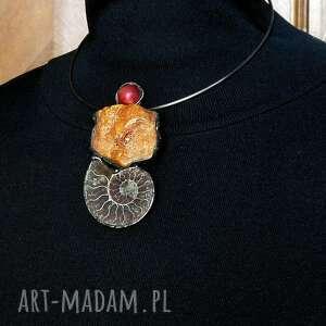 wisiorki bursztyn i skamielina amonit z madagaskaru wisior niezwykły oryginalny