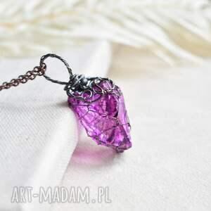 fuksja net - naszyjnik z kryształem w barwie fuksji