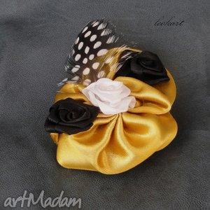 broszka z piórkiem - broszka, róża, różyczka, piórko, prezent