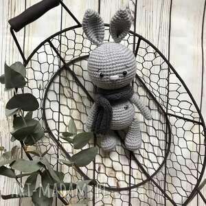 Szary szydełkowy króliczek w szaliczku maskotki miedzy motkami