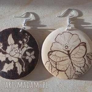 ikebana motyla - ręcznie wypalane drewniane kolczyki - koła, nostalgia