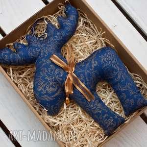pomysł na świąteczne prezenty RENIFER z materiału dzwoneczkiem w PUDEŁKU, renifer