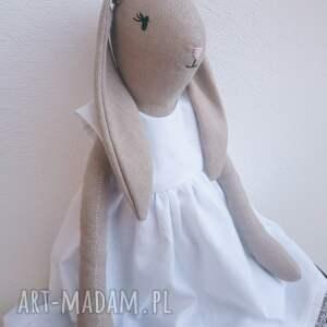 królisia w białej sukience, królisia, lniany króliczek, królik przytulanka