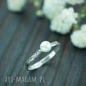 srebrny pierscionek z perłą i zdobiona obrączka, pierścionek