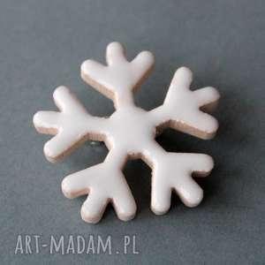 ŚnieŻynka-broszka ceramiczna - biel, minimalizm, płatek, śnieg, czapka