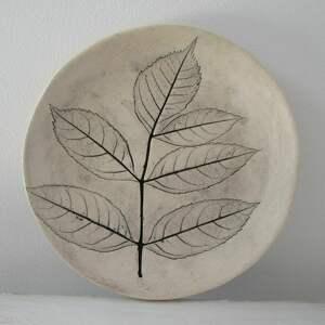 Malutki talerzyk z roślinką ceramika ana roślinna ceramika