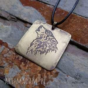 wisior z trawionego mosiądzu - wilk 010, wilk, wilki, wyjący, mosiądz, mosiężny