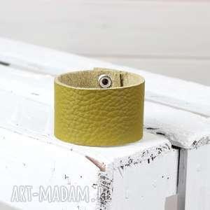 zielona skórzana bransoleta, bransoletka, skórzana, prezent, mama, biżuteria, ręka