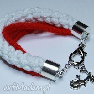 biało-czerwona bransoletka ze sznurków bawełnianych i włóczki, rowerek, polska