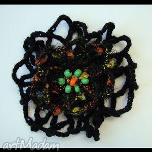 brocha szydełkowa czarna - broszka, brocha, koraliki, ozdoba, dodatek, prezent