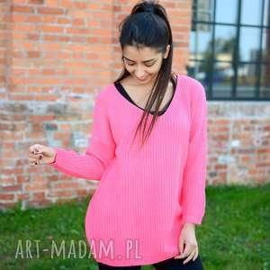 handmade pomysł na świąteczne prezenty damski sweter oversize, jesienny, luźny, szeroki, koralowy
