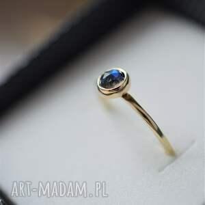 złoty pierścionek z labradorytem, zaręczynowy, labradoryt