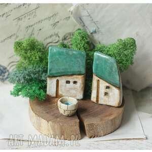 ceramika zielona zagroda ze studnią na plastrze drewna z chrobotkiem