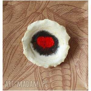 Broszka kwiatowa z zatopionym czerwonym szkłem broszki