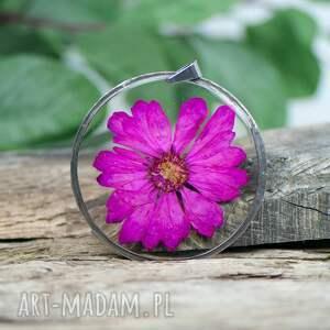 wisior z ciemnorózowym kwiatem z371, bizuteria żywicy, pokryty cyną, żywica
