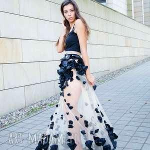 czarna długa sukienka z kwiatowym zdobieniem, zdobiona, płatki, przezroczysta