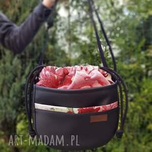 mini crosserka w czerni z kominem czerwone i różowe kwiaty, torba, listonoszka