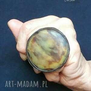 szylkret na palcu pierścień osobliwy dla kochające wielkie niezwykłe