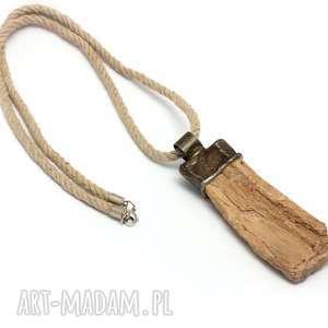 ręcznie wykonane wisiorki skamieniłe drewno