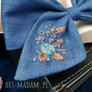 oryginalny prezent, liliraj bukiet na jeansie, kokarda, kwiaty, spinka