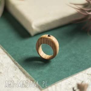 drewniany pierścionek z drobnym ametystem, pierścionek