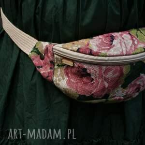 nerka plecionka róże, vegan, nerka, saszetka, lato, print, kwiaty na ramię