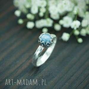 srebrny pierscionek z kyanitem i zdobioną obrączką, pierścionek