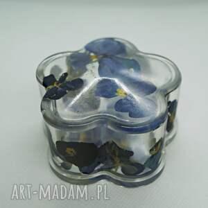 niebieski kwiat - puzderko na biżuterię z żywicy i niebieskich bratków