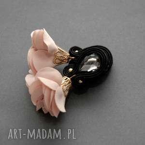 kolczyki sutasz z kwiatkiem, sznurek, eleganckie, wiszące, małe, pudrowe, kwiat