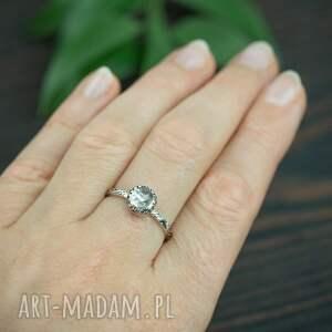 srebrny pierścionek z kryształem górskim, kryształowym oczkiem