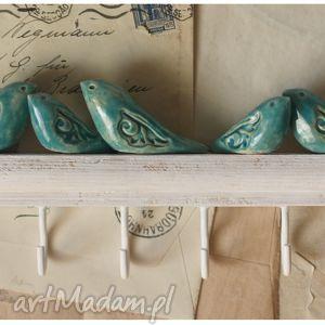 hand-made ceramika wieszak z niebieskimi ptakami o dekoracyjnych skrzydłach