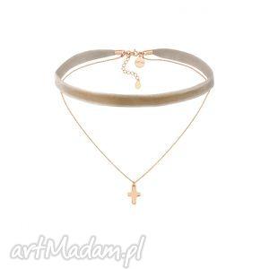 beżowy aksamitny choker z łańcuszkiem zdobionym krzyżykiem, beżowy, choker, naszyjnik