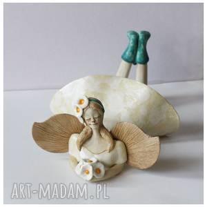 ceramika anioł leżacy z bukiecikiem stokrotek, ceramika, anioł, stokrotki