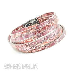 ręcznie wykonane bransoletki owijana bransoletka z owczej skóry, różowa z wzorkiem