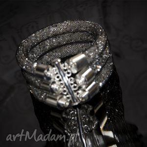 Potrójna bransoletka żmijka w czerni, elegancja