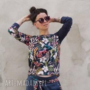 bluza damska w kwiaty z dzianiny, kwiatki, granatowa bluzka, kwiatowy