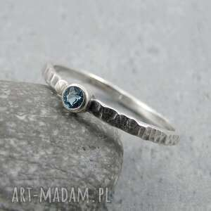 hammered blue topaz dot, młotkowany, surowy, minimalistyczny, drobny, delikatny