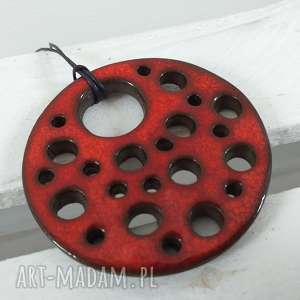 czerwony dziurawy wisior, ceramiczny, wisiorek, duży, z dziurami, ceramiki
