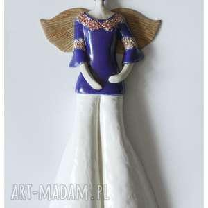 Anioł hippiska w granatowej bluzce, ceramika, anioł,
